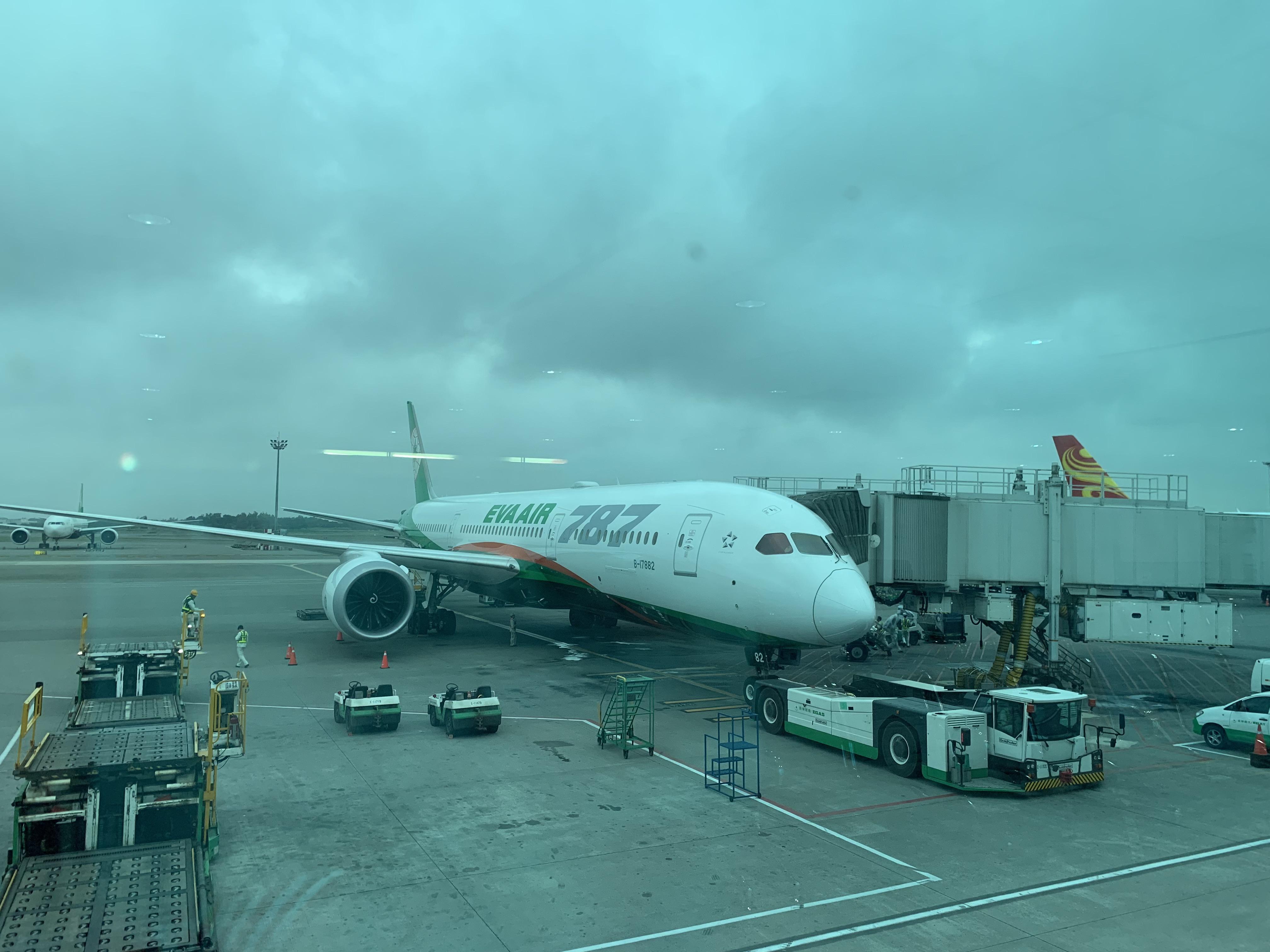 長榮航空 (EVA Air) Boeing 787-9 夢幻客機皇璽桂冠艙 (商務艙) Review!台北-香港 TPE-HKG!